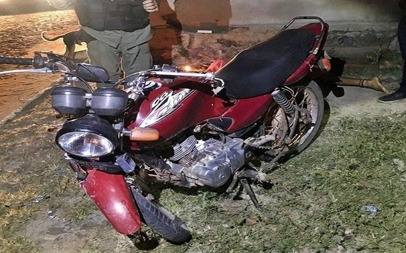 Jovem morre após perder o controle da motocicleta e colidir contra a parede de uma residência