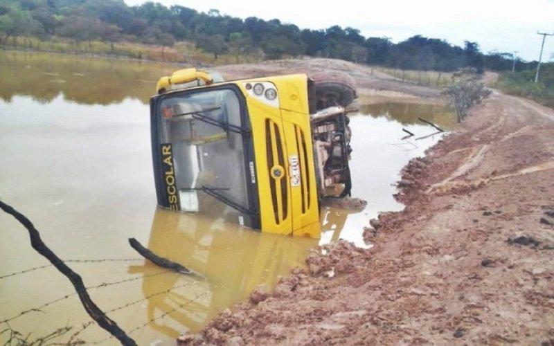 Ônibus escolar com alunos tomba e cai dentro de açude  no Piauí