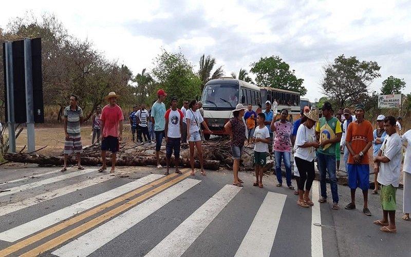 Falta d'água em comunidade de Teresina leva moradores a interditar rodovia federal no Piauí