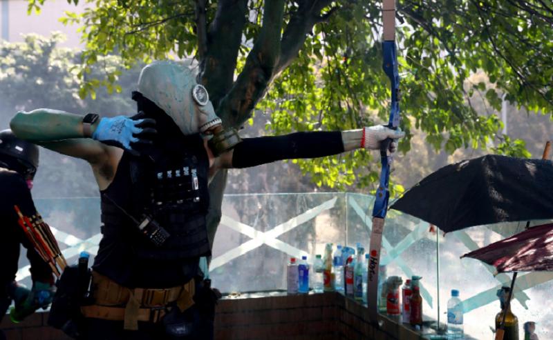 Policial é atingido por flecha em novo dia protestos em Hong Kong