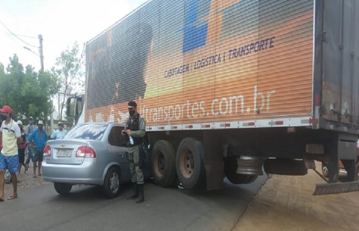 Acidente entre carro de passeio e caminhão interdita avenida