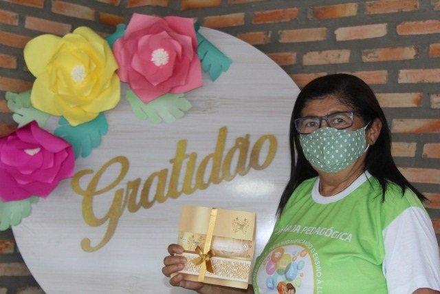 """Secretária de Educação Faz Homenagem aos Trabalhadores em Educação no """"Dia do Trabalho"""""""