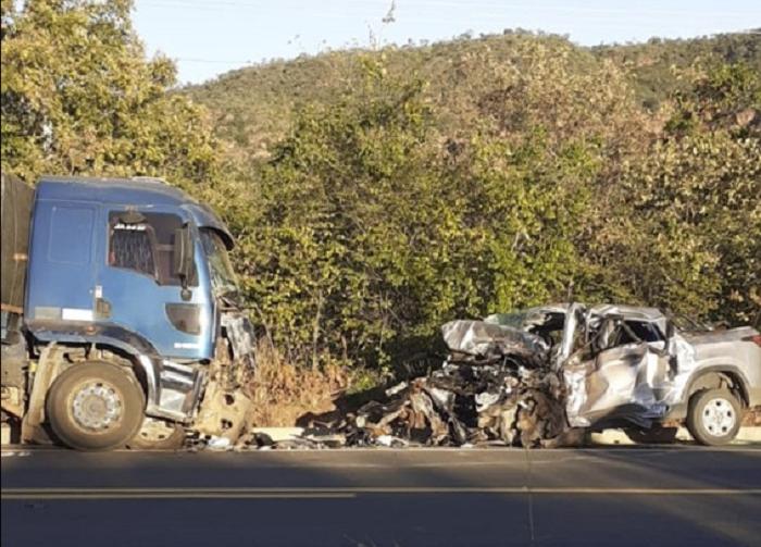 Colisão frontal entre picape e caminhão deixa dois mortos no Piauí