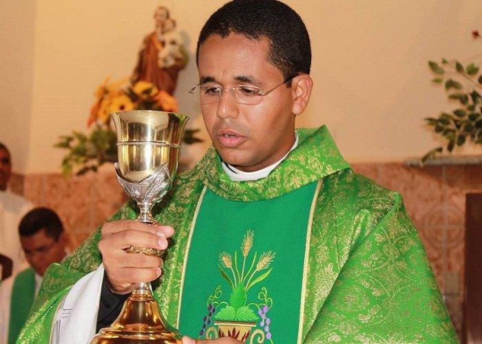 Papa expulsa do sacerdócio, ex-vigário da paróquia de Nossa Senhora do Livramento, em José de Freitas